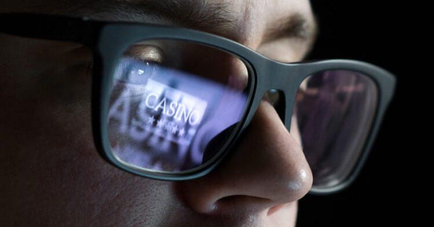 online casino man glasses